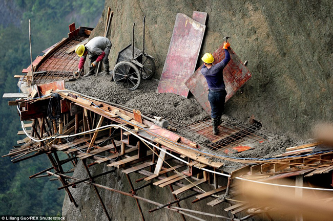 Dangerous Chinese roadbuilding
