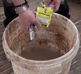 Mix 1 sachet of EXTRATIME per bag of plaster