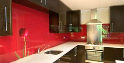 Acrylic splashback behind kitchen units
