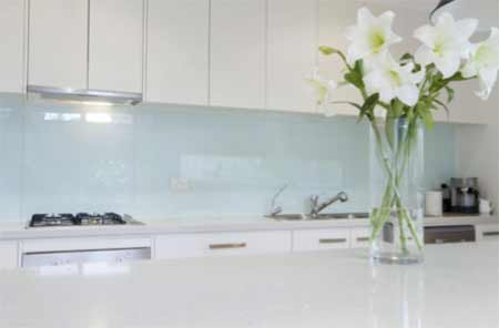 Glass splashback behind kitchen units