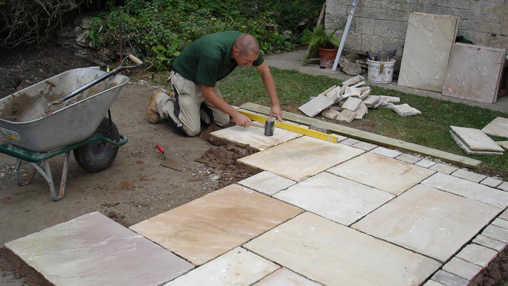 Laying A Patio How To Lay Paving Slabs For A Patio And