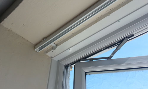Vertical blind carriage and fixing within window recess