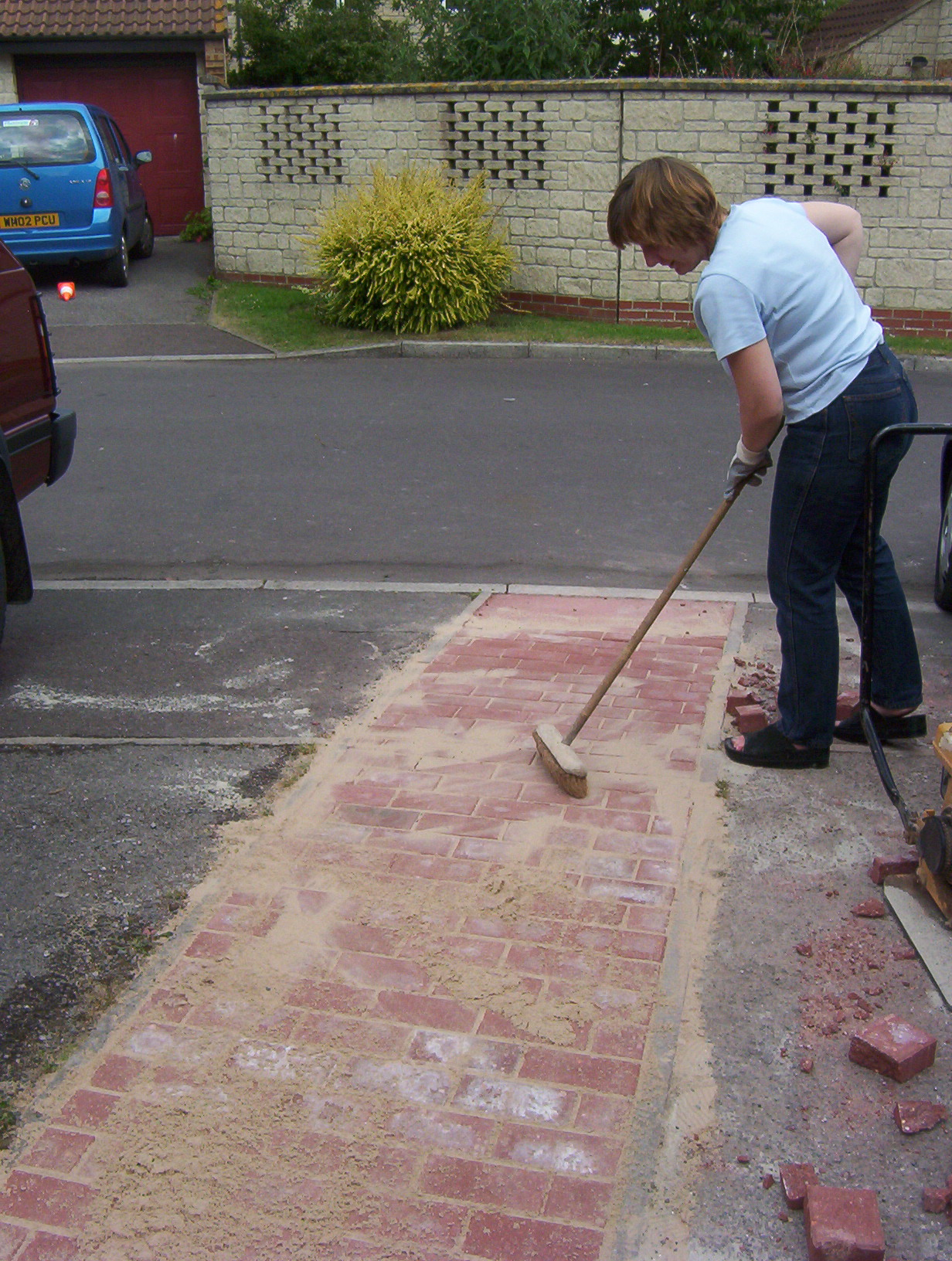 How to block pave laying block paving how to do block paving sweeping over the job solutioingenieria Image collections