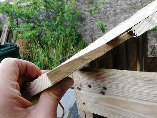 Marking fixing point for slat to hold roof on side wall