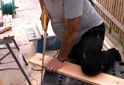 Cutting timber straight using a handsaw