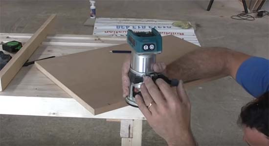 Set cutting depth of router