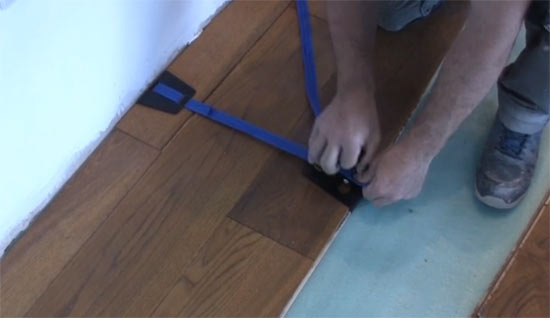 Clsoing floorboard gaps using floor tensioners