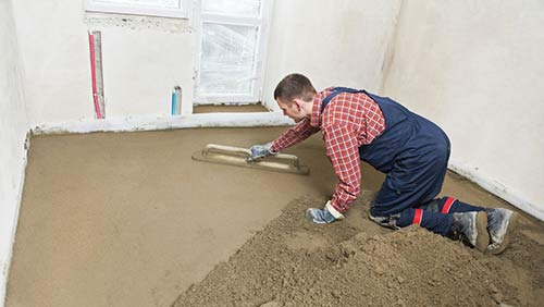 Laying a sand and cement floor screed