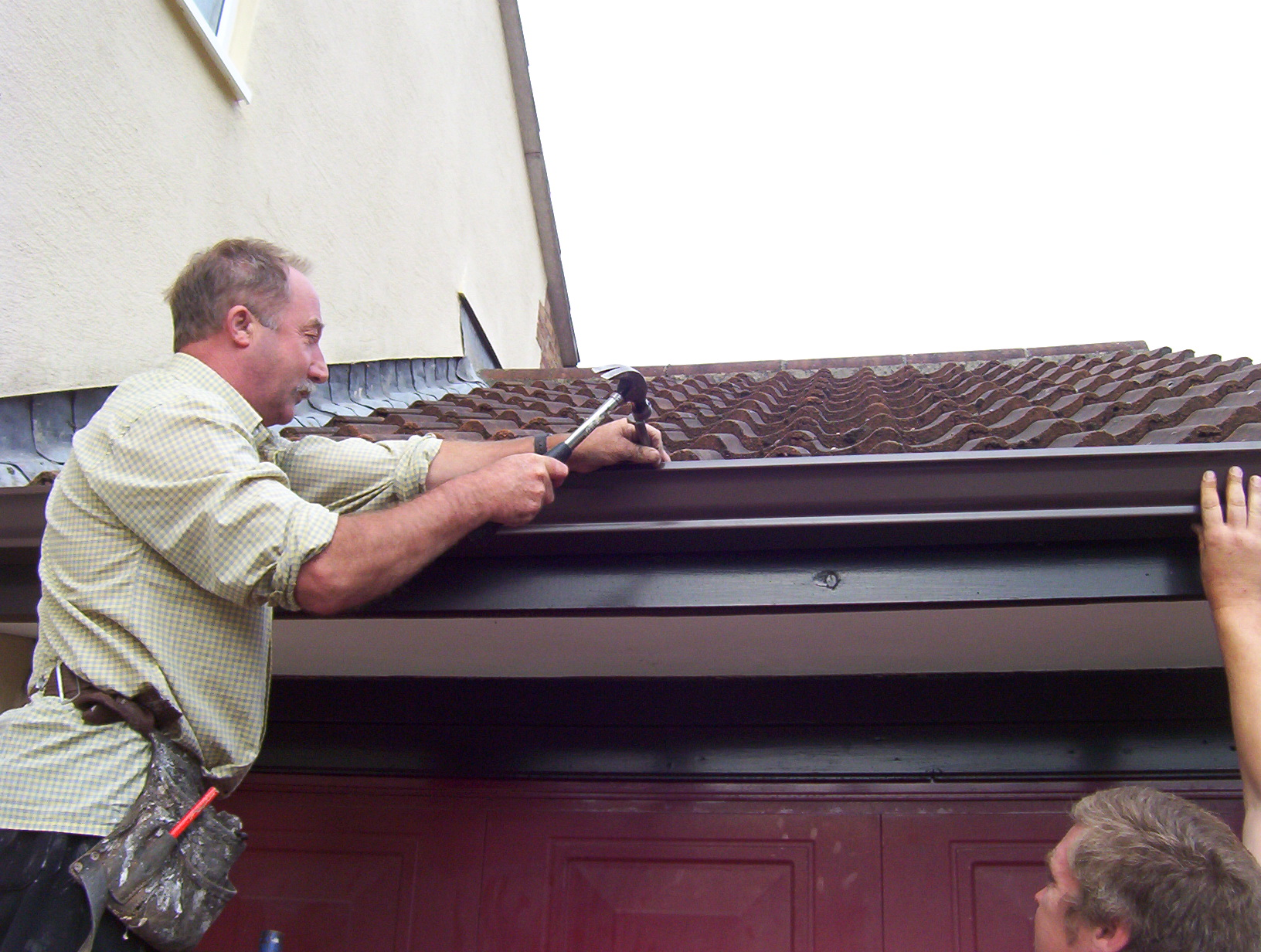 Fixing gutter to facia board