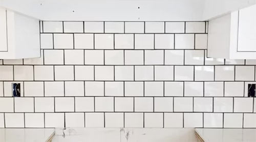 Contrasting grout lines used to great effect in a kitchen