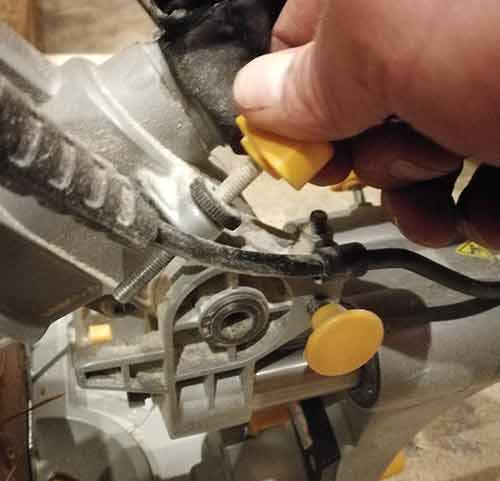 Set cutting depth of saw