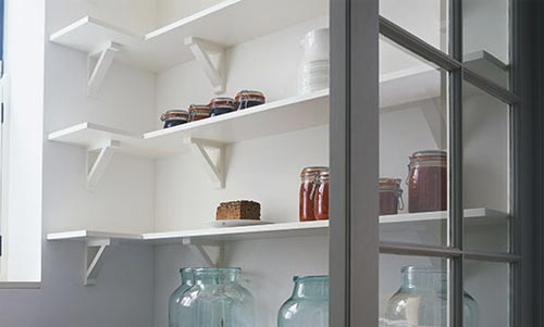 Corner shelving in kitchen