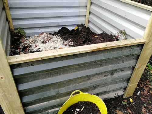 Front edge cover fixed on compost heap