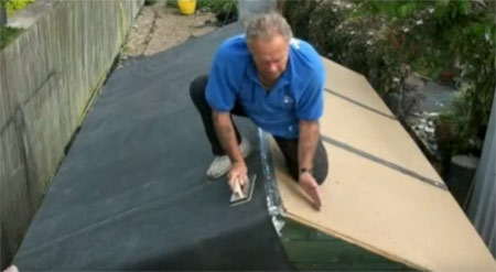 Fiting a rubber roof on a shed