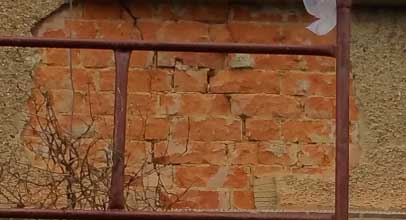 Cracks in wall that need repair