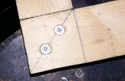 Bridle joint fixed with screws
