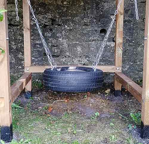 Horizontally hung tyre swing