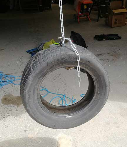 Vertically hung tyre swing