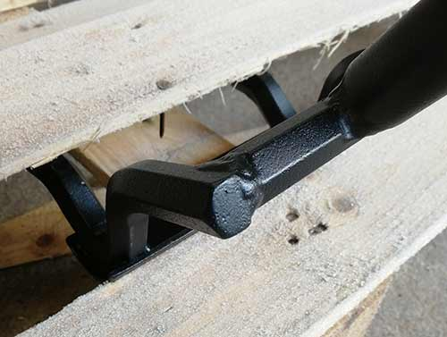 Gently pull pallet pallet wrecking tool down to lever object away